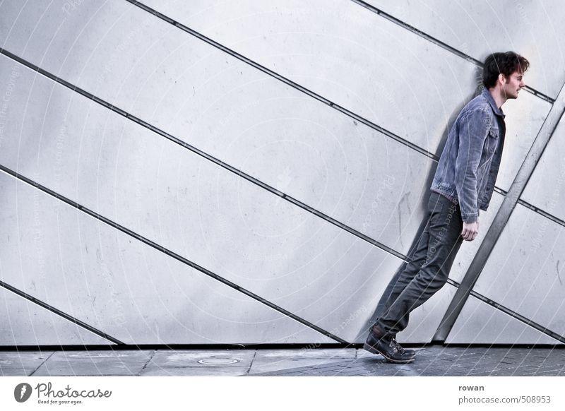 kippt Mensch maskulin Junger Mann Jugendliche Erwachsene 1 Mauer Wand Fassade grau umfallen Schwerkraft diagonal parallel Linie Jeansjacke ohnmächtig Neigung