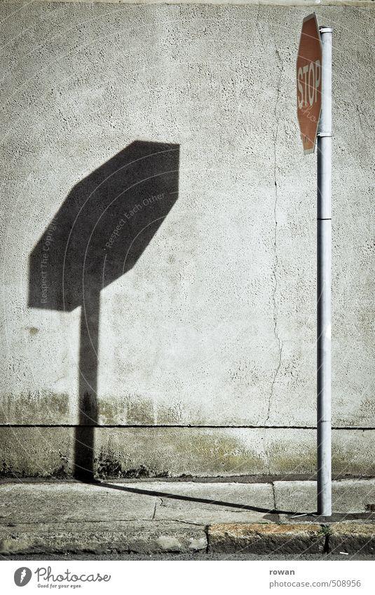 stop Mauer Wand Verkehr Straßenverkehr Autofahren Schilder & Markierungen Hinweisschild Warnschild Verkehrszeichen rot Schatten Strukturen & Formen stoppen