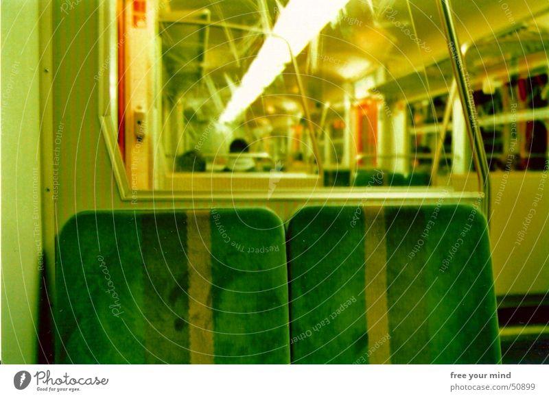 Take a seat! grün Einsamkeit warten Eisenbahn Hoffnung Wunsch U-Bahn Sitzgelegenheit S-Bahn Gesprächspartner