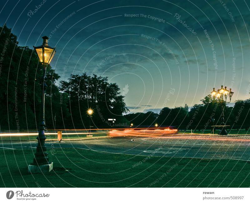 kreisverkehr Park Verkehr Verkehrsmittel Autofahren Straße Straßenkreuzung Wege & Pfade Wegkreuzung Fahrzeug PKW dunkel Kreisverkehr Licht Lichtspiel
