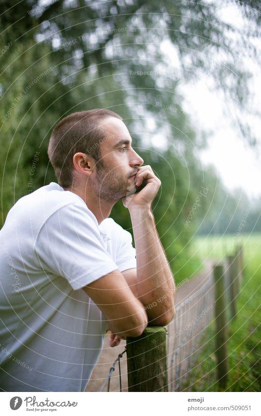 nature Mensch maskulin Junger Mann Jugendliche 1 18-30 Jahre Erwachsene T-Shirt Dreitagebart schön nachdenklich abstützen Farbfoto Außenaufnahme Tag