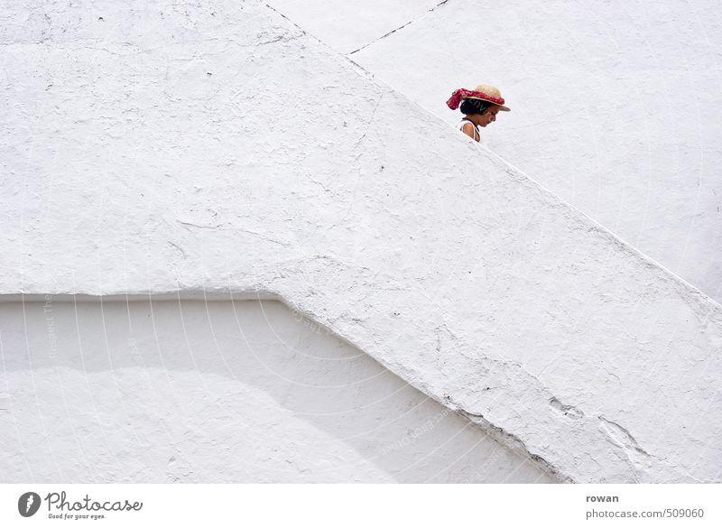treppab Mensch feminin Junge Frau Jugendliche Erwachsene 1 Treppe weiß Kopf Linie Putz diagonal Treppengeländer Treppenhaus abwärts Abstieg Wand Hut mediterran