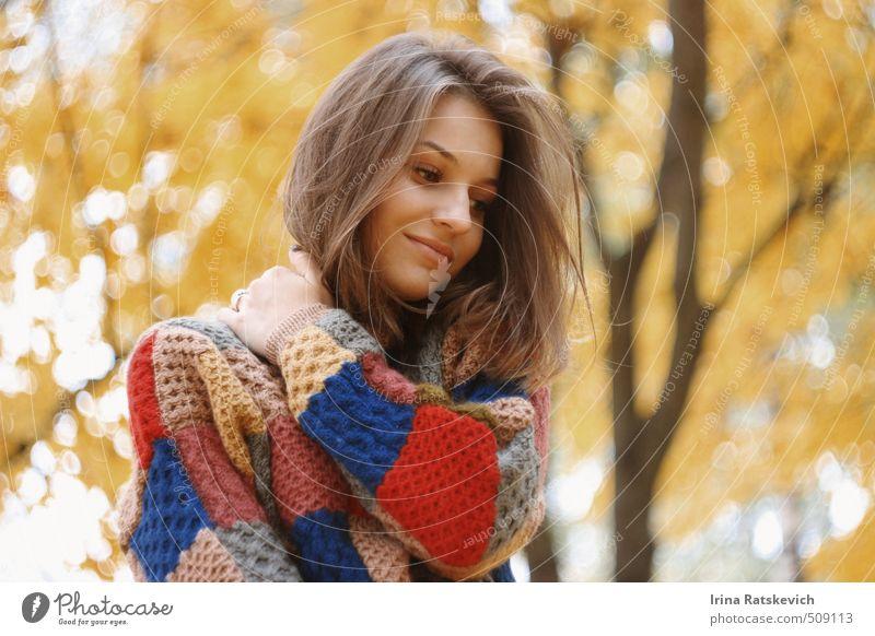 Mensch Natur Jugendliche schön Baum Freude Blatt 18-30 Jahre Gesicht Erwachsene gelb Liebe Gefühle Herbst Haare & Frisuren Glück
