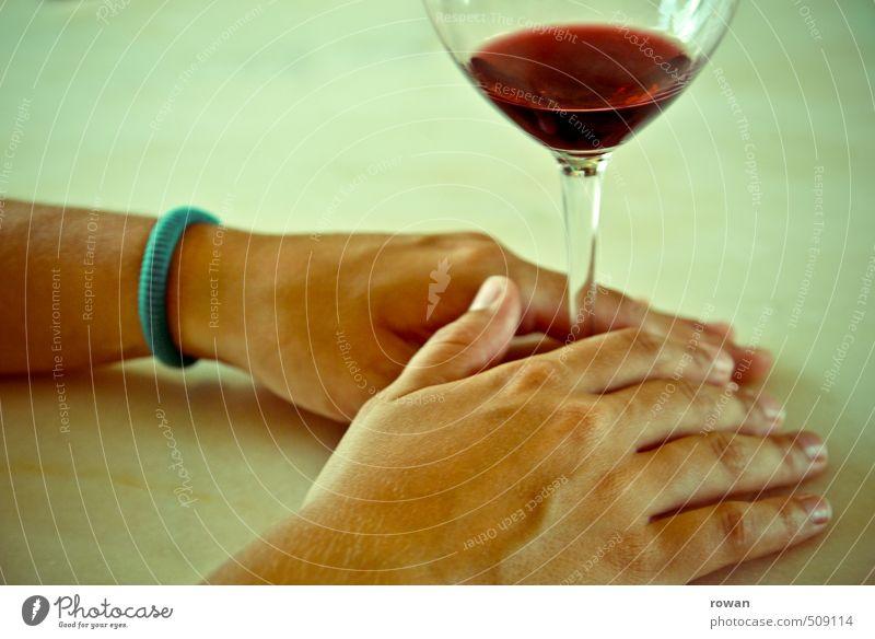 ein glas wein Getränk trinken Alkohol Wein Glas Hand Gelassenheit ruhig Erholung genießen Feinschmecker Rotwein festhalten Farbfoto Textfreiraum oben Tag