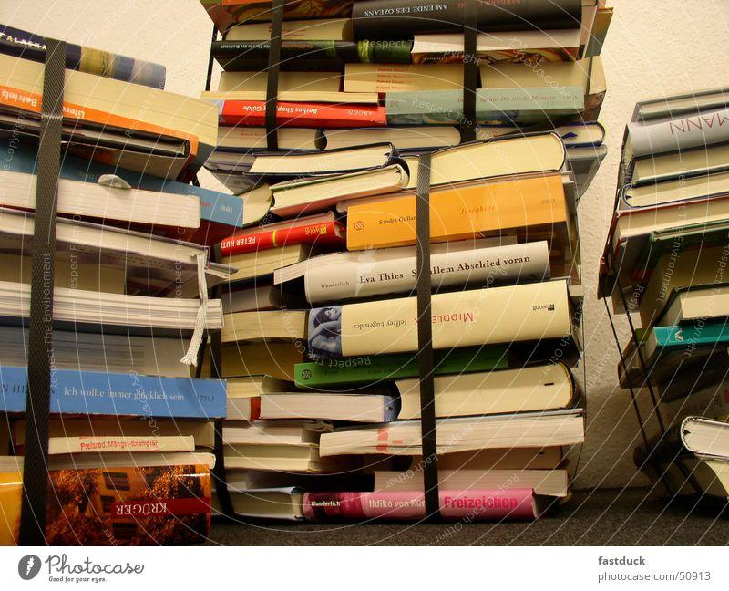 abgepacktes Wissen II Buch Frankfurt am Main Buchmesse Literatur Stapel Auswahl Vielfältig Lesestoff Roman Innenaufnahme Buchladen Bibliothek Bildung
