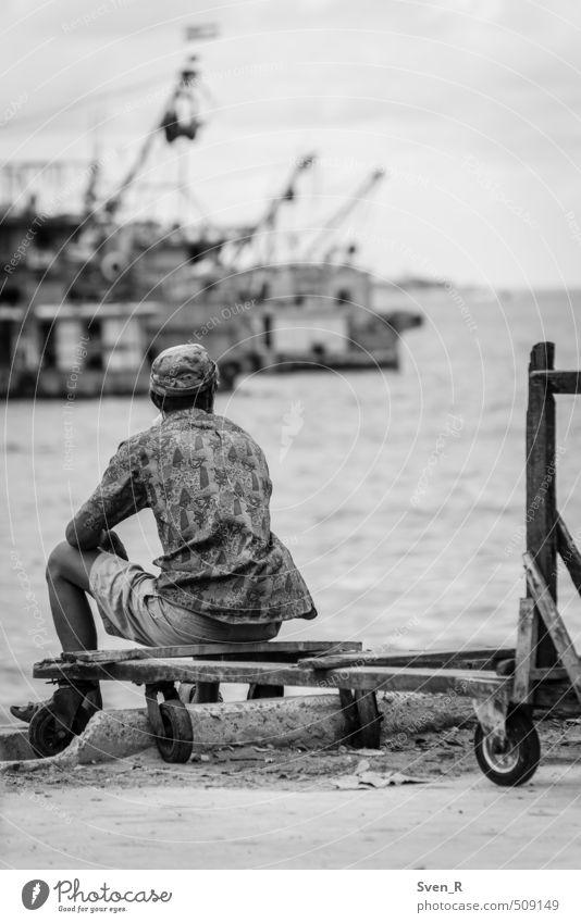 vom Meeresufer zum Horizont Mann Erwachsene 1 Mensch Küste Südchinesisches Meer beobachten Blick sitzen Gelassenheit Hoffnung Pause ruhig stagnierend