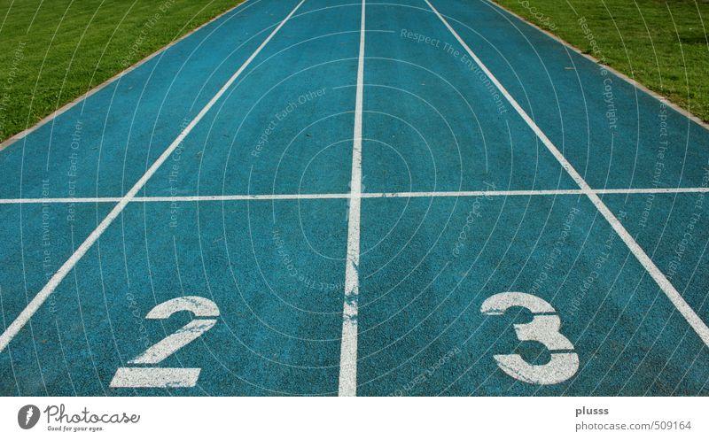 Landebahn 23 blau grün 18-30 Jahre Sport springen Schule laufen Erfolg Geschwindigkeit Beginn Laufsport Mitte Sportveranstaltung Rennbahn