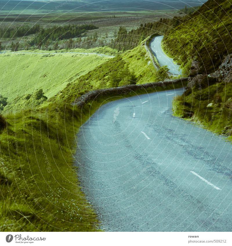 pass Umwelt Natur Landschaft Gras Sträucher Wiese Feld Wald Hügel Felsen Berge u. Gebirge Verkehr Verkehrswege Straße Wege & Pfade Fahrzeug PKW frei Pass