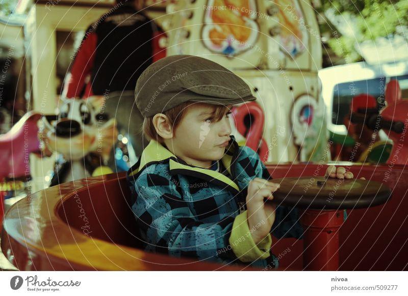 turn around Freude Kinderspiel Erntedankfest Junge Kindheit Kopf Hand 1 Mensch 3-8 Jahre Herbst Wetter Kleinstadt Platz Marktplatz Jacke Hut Mütze blond