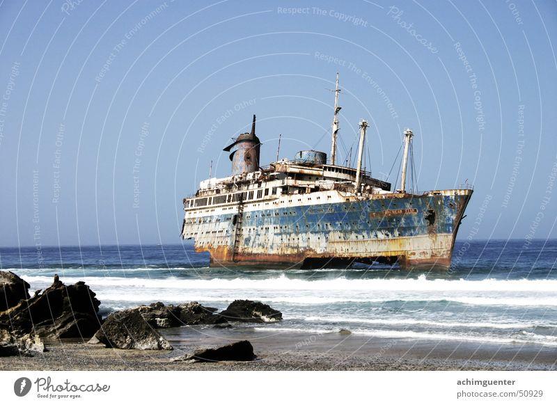 Pech gehabt Fuerteventura Wasserfahrzeug Wellen Meer Strand Brandung Küste Sonne American Star gefährlich Sand Stein Rost bedrohlich geisterschiff gebrochen
