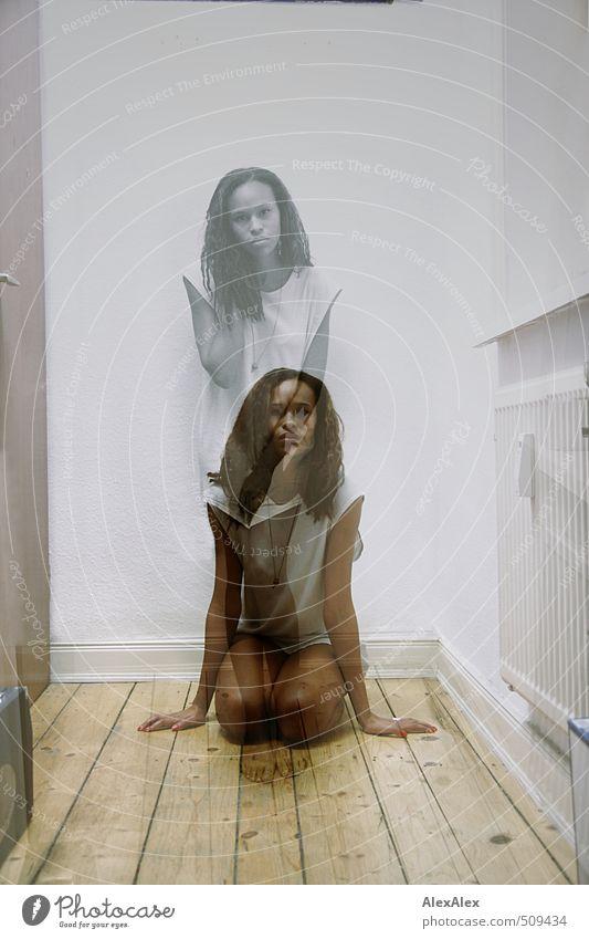 nicht zwei Junge Frau Jugendliche Beine 18-30 Jahre Erwachsene Hemd Barfuß schwarzhaarig langhaarig Locken Dielenboden Holz beobachten knien Blick sitzen stehen