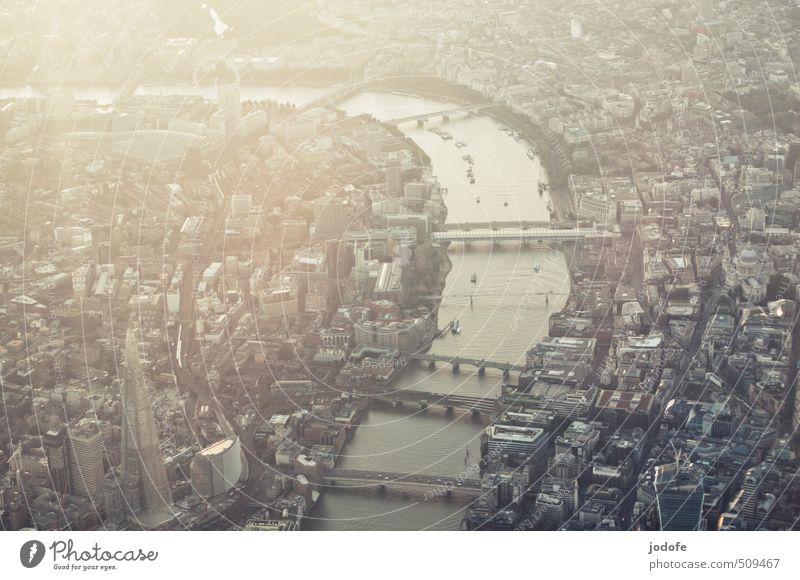 London calling Stadt Wasser ruhig Gebäude Freiheit grau Wasserfahrzeug Stadtleben Luftverkehr Brücke Fluss Frieden Konzentration Bankgebäude Flugzeuglandung