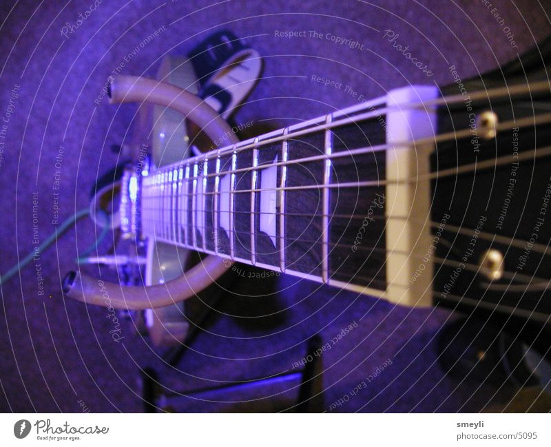 Blue E-Guitar blau Musik violett Rockmusik Gitarre Punk Musikinstrument Saite Elektrobass Elektrogitarre