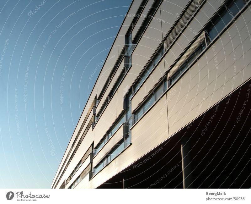 unendlich Himmel Haus Fenster Gebäude modern diagonal Österreich Neigung graphisch Klassische Moderne Bundesland Steiermark Fluchtlinie Fassadenverkleidung Moderne Architektur Gebäudekomplex
