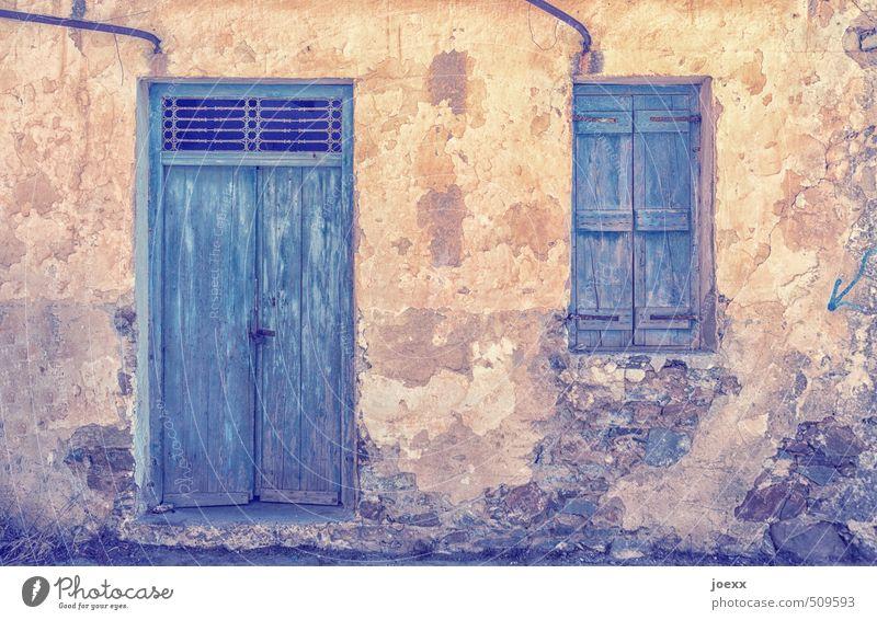 Mittagshitze blau alt schwarz Fenster Wand Mauer braun Fassade Tür Idylle Vergänglichkeit Hütte