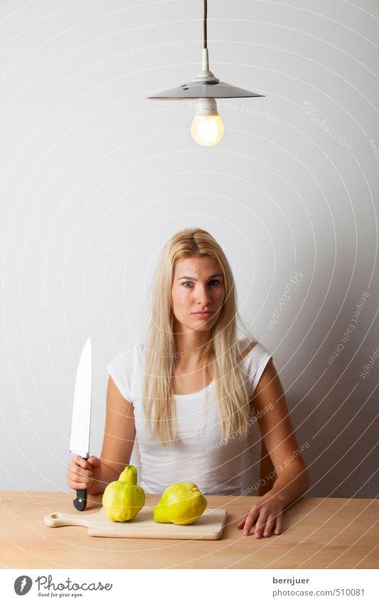 ne me quitte pas Mensch Jugendliche weiß Junge Frau 18-30 Jahre Erwachsene gelb Leben feminin Lampe Lebensmittel Kraft Frucht blond sitzen ästhetisch