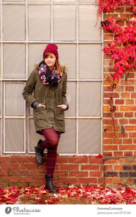 Roter Herbst (I). schön feminin Junge Frau Jugendliche Erwachsene 1 Mensch 18-30 Jahre Herbstlaub rot Farbe Blatt herbstlich Fenster Backstein Fassade Wand