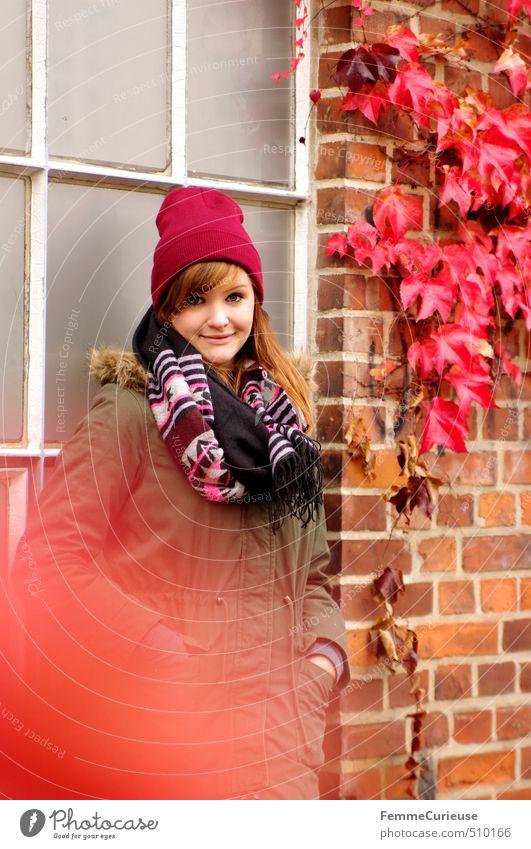 Roter Herbst (II). Stil feminin Junge Frau Jugendliche Erwachsene 1 Mensch 18-30 Jahre Natur Herbstlaub Farbe Efeu rot Backstein Wand Fassade Fenster anlehnen