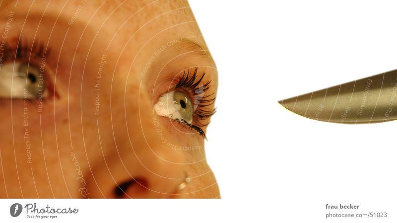 scharf geschnitten Wimpern Frau Pupille stechen Messer Spitze Auge Gesicht Detailaufnahme Nase Blick Schmerz Scharfer Gegenstand