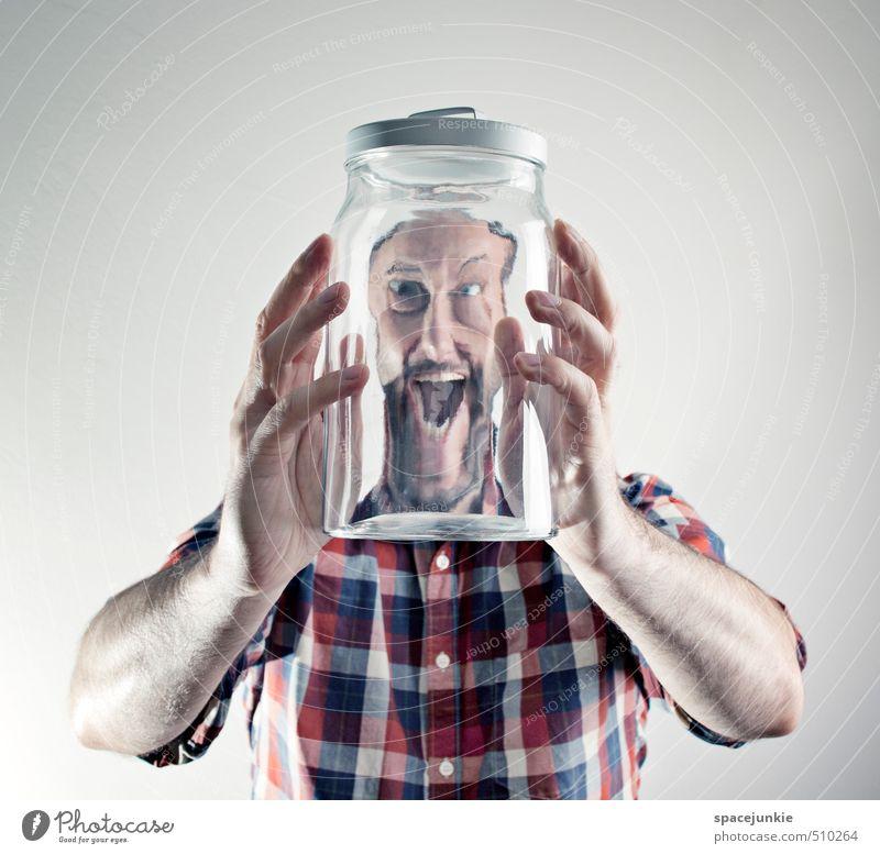 Durchblick Mensch Jugendliche Mann blau Hand rot Junger Mann Erwachsene lustig außergewöhnlich maskulin Glas verrückt bedrohlich beobachten Neugier