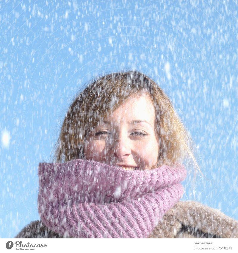 SCHNEEEE!!!! feminin Frau Erwachsene 1 Mensch 18-30 Jahre Jugendliche Natur Himmel Winter Schnee Schneefall Mantel Schal lachen frisch kalt nass blau violett