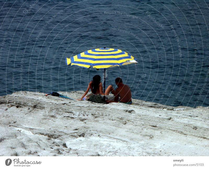 Fernblicke Mensch Sonne Meer Strand Ferien & Urlaub & Reisen Einsamkeit Felsen Sonnenschirm