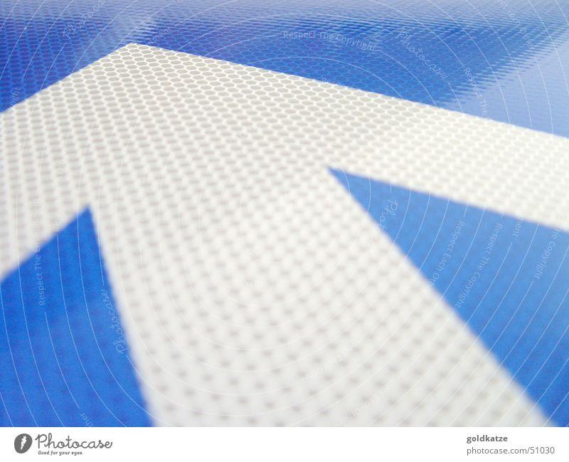 immer geradeaus! blau weiß Straße Bewegung Wege & Pfade Metall Linie Schilder & Markierungen Verkehr Erfolg Perspektive Hinweisschild Wandel & Veränderung Spitze Ziel Zeichen