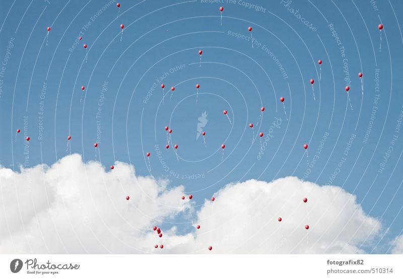 wolkenkuckucksheim Luft Himmel Wolken Kitsch viele blau rot weiß Unendlichkeit Stecknadel fliegen fliegend Schweben Luftballon steigen Hochzeit Ritual Farbfoto