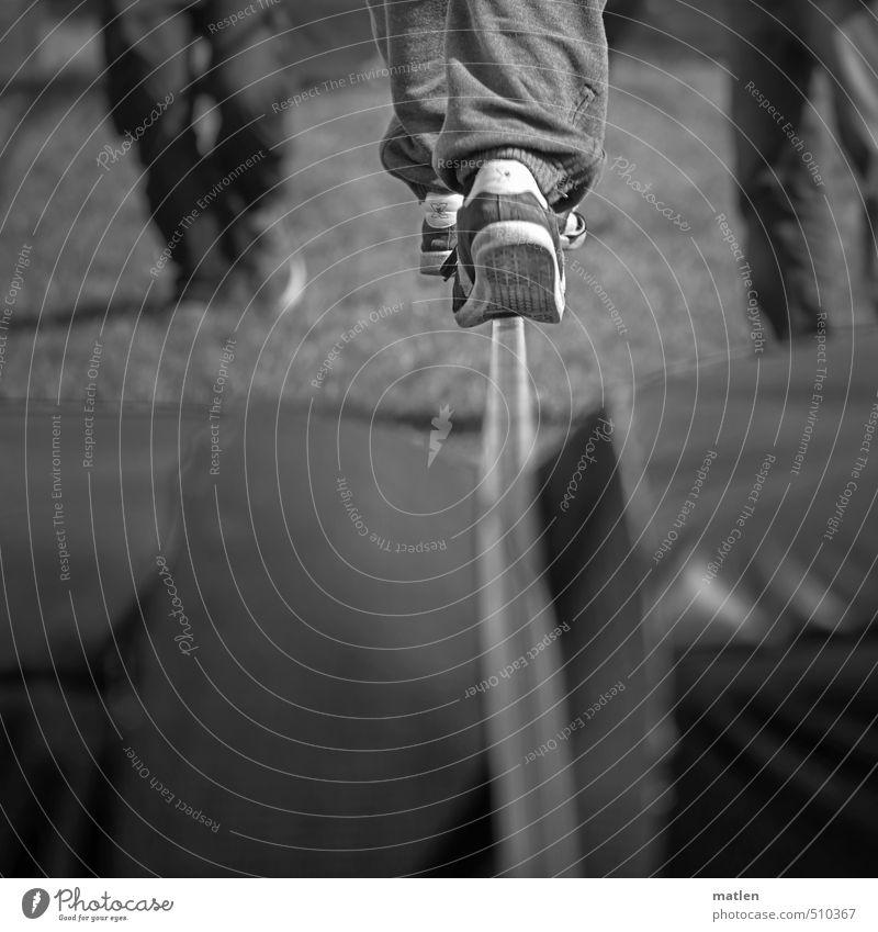 Spur halten Mensch Beine 3 18-30 Jahre Jugendliche Erwachsene Coolness Balance sneakers Seiltanz begleiten Schwarzweißfoto Außenaufnahme Textfreiraum unten Tag