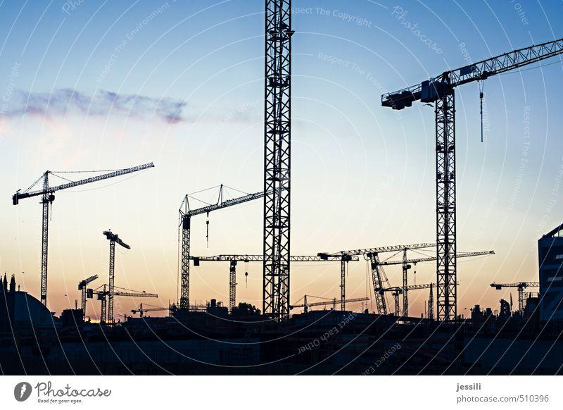Kräne Stadt Arbeit & Erwerbstätigkeit Bewegung hängen tragen Ferne gigantisch blau orange schwarz ruhig Rechtschaffenheit standhaft Müdigkeit Platzangst Stress