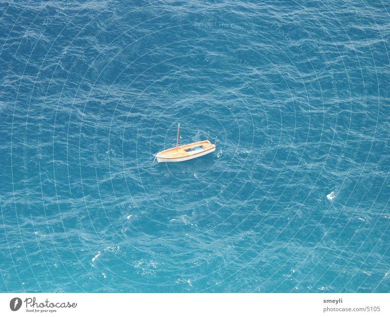 hilflos? Wasserfahrzeug Meer Wellen Fischerboot Meerwasser Schifffahrt blau Schiffsunglück Kahn