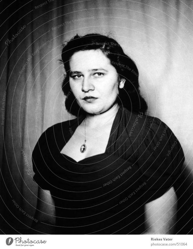 schön Frau Kleid mollig feminin ernst Bekleidung Schwarzweißfoto 1950 ursel frau rossmann ursula Kette Detailaufnahme Gesicht