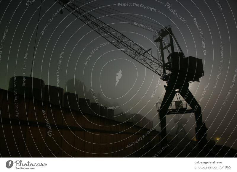 nachtkran Nacht dunkel Nebel Kran Low Key Dock Kriminalität Einbruch schwarz n8s Silhouette Hafen Graffiti sneak schleichen Schiffswerft
