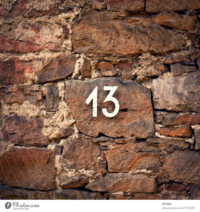 13...na und ? Mauer Wand Stein Zeichen Ziffern & Zahlen braun rot Volksglaube ästhetisch Glaube Religion & Glaube Sandstein Natursteinfassade Hausnummer