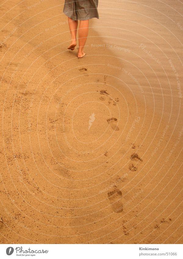 Leaving Strand Meer Frau Barcelona gelb gehen Sommer Spuren Fuß Beine Wasser Sand