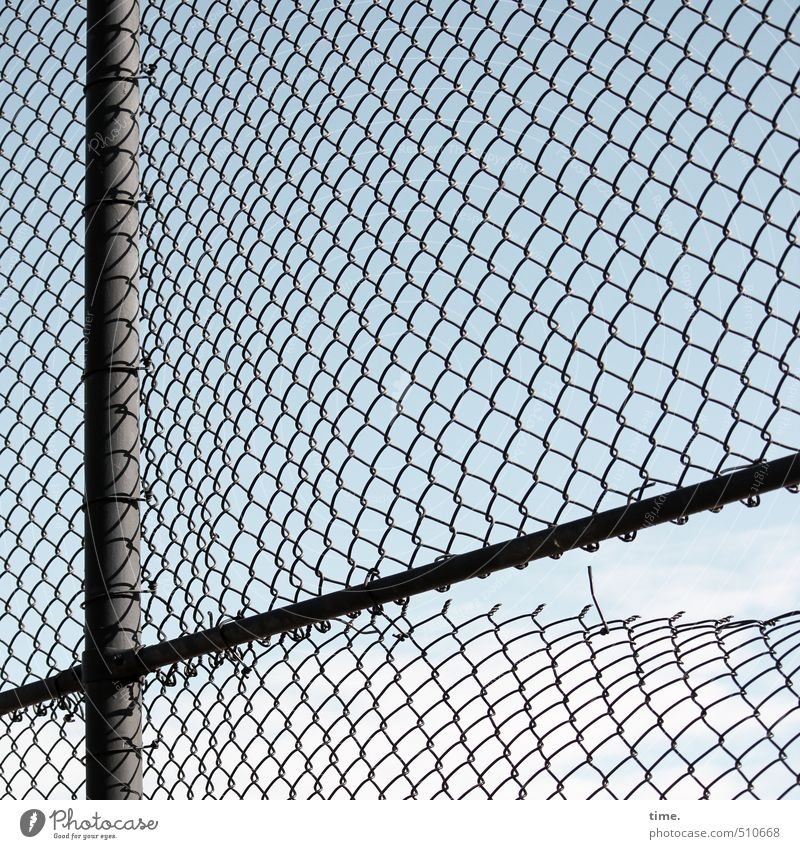 ma durchlüften Zaun Zaunpfahl Sportstätten Maschendraht Maschendrahtzaun Schlaufe kaputt trashig Ordnungsliebe Erschöpfung gefährlich Nervosität Ärger Rache