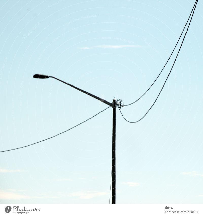 lange Leitung Technik & Technologie Energiewirtschaft Elektrizität Himmel Wolken Bauwerk Verkehr Straßenbeleuchtung Laternenpfahl hängen hoch rund dünn elegant