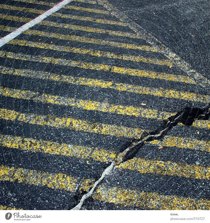 Et hätt noch emmer joot jejange Stadt weiß schwarz gelb Wege & Pfade Zeit Linie trist Verkehr Schilder & Markierungen Ordnung kaputt Vergänglichkeit Wandel & Veränderung einzigartig Kreativität