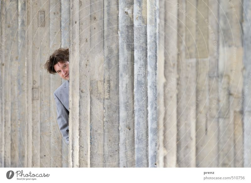 schmulen Mensch maskulin Mann Erwachsene Kopf 1 30-45 Jahre Bauwerk braun grau verstecken Blick Anzug Geschäftsmann Säule Farbfoto Außenaufnahme