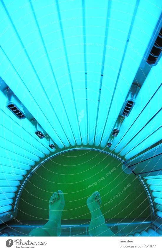 Das Solarium Sonnenbank Sonnenbad Sonnenlicht braun Licht Sommer türkis grün Wellness Erholung Frau Kunstlicht Neonlicht Kosmetik Hautfarbe