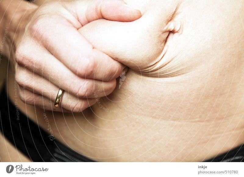 Findest Du mich zu dick, Schatz...? Mensch Frau Hand Erwachsene Leben Gefühle Gesundheit Körper authentisch Ernährung Wandel & Veränderung festhalten dünn