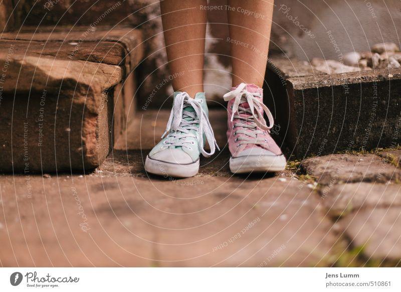 Shoemaker-Levy 9 feminin Jugendliche Fuß 1 Mensch 8-13 Jahre Kind Kindheit 13-18 Jahre Sommer Schönes Wetter Dorf Kirche Mauer Wand Treppe Mode Turnschuh warten