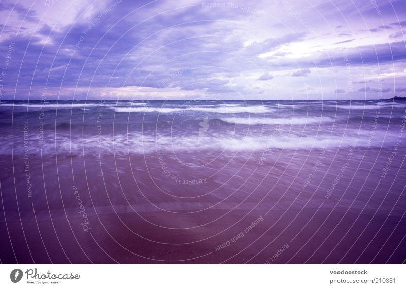 Brausturm Strand Meer Wellen Landschaft Urelemente Sand Wasser Wolken Gewitterwolken schlechtes Wetter Unwetter Küste blau braun Stimmung Queensland winken