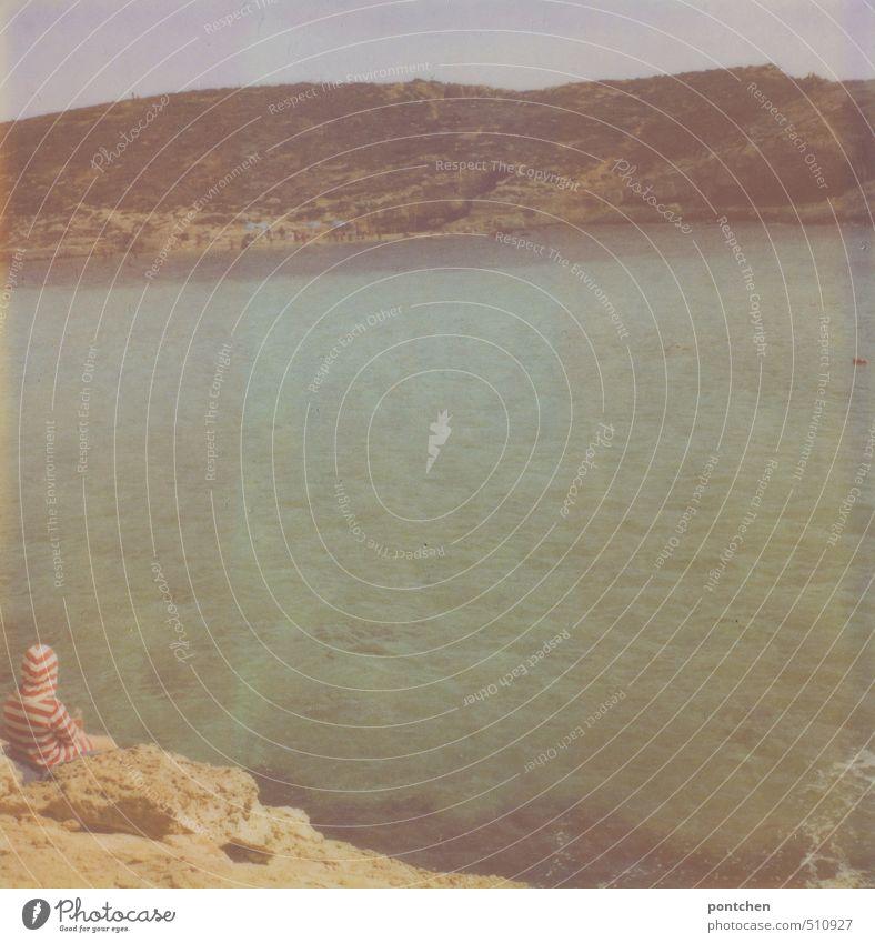 Kind in gestreiftem Oberteil sitzt auf Felsen und blickt aufs Meer. Erholung, Urlaub. Staunen. Naturschönheit Ferien & Urlaub & Reisen Mensch 1 8-13 Jahre