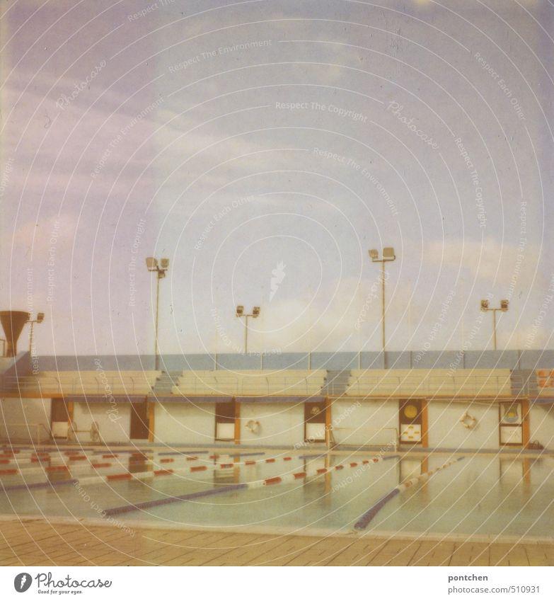 Polaroid von leerem Freibad mit zuschauerrängen. Schwimmstadion Wassersport Schwimmen & Baden Sportstätten Schwimmbad Farbfoto Gedeckte Farben Innenaufnahme Tag