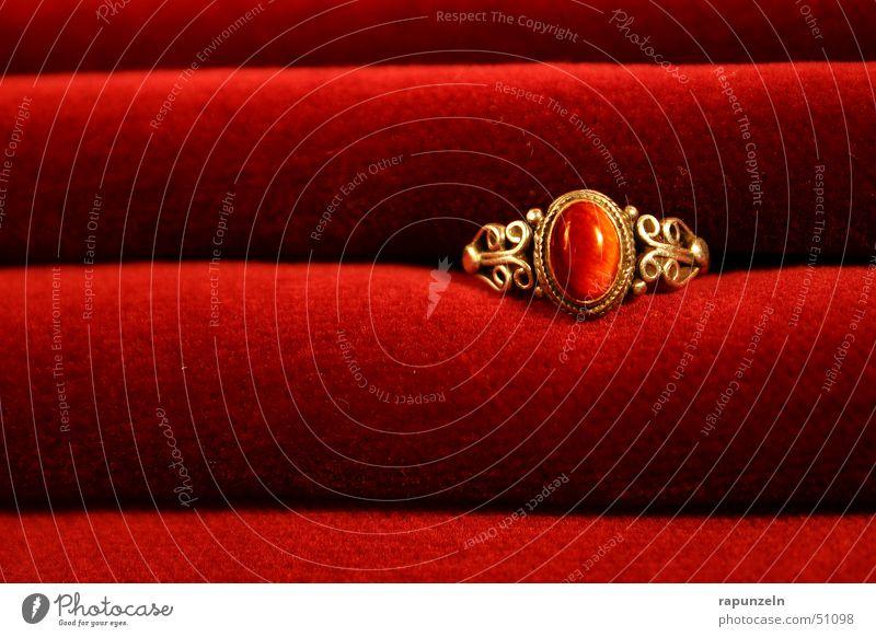 Ring auf Samt rot gold Geschenk Kreis Romantik Kitsch Falte Reichtum Schmuck Ring edel Verlauf Samt