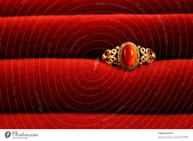 Ring auf Samt rot Romantik Geschenk Schmuck Verlauf Reichtum Kreis gold Kitsch Falte edel