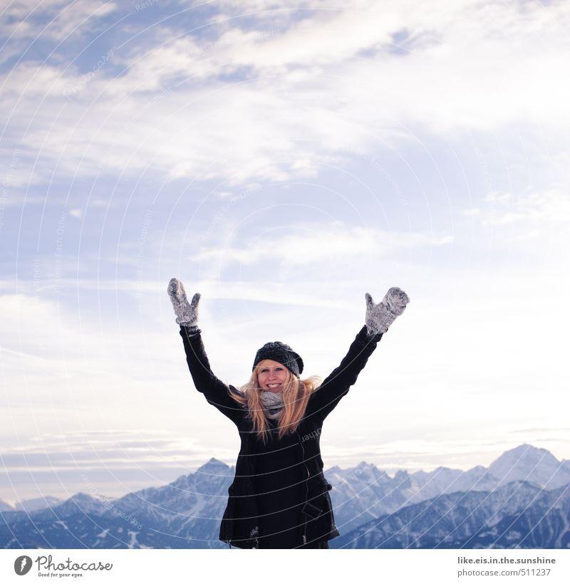 hallo winterwonderland! Frau Jugendliche Ferien & Urlaub & Reisen schön Junge Frau Landschaft Freude Winter Ferne Erwachsene Berge u. Gebirge Leben feminin Schnee Spielen Freiheit