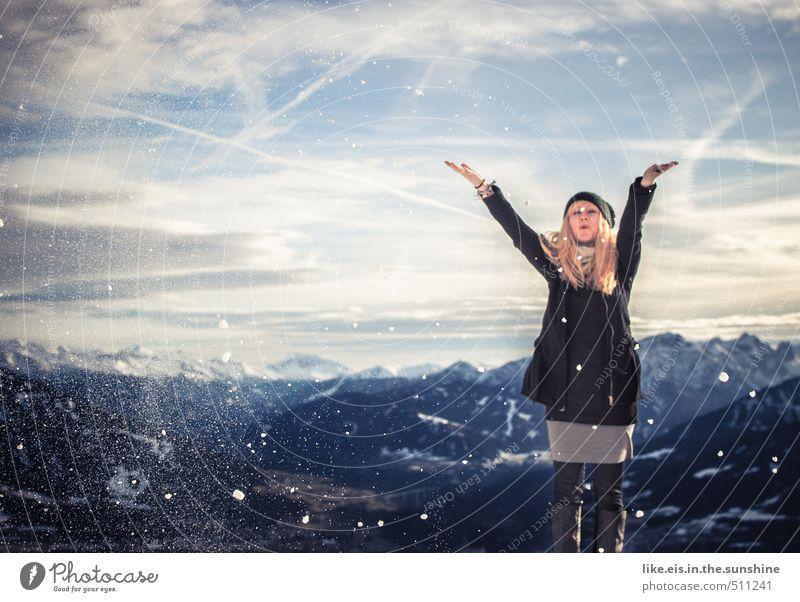 frau holle in aktion Frau Natur Jugendliche Ferien & Urlaub & Reisen schön Landschaft Junge Frau Freude Ferne Winter Erwachsene Umwelt Berge u. Gebirge Leben feminin Schnee
