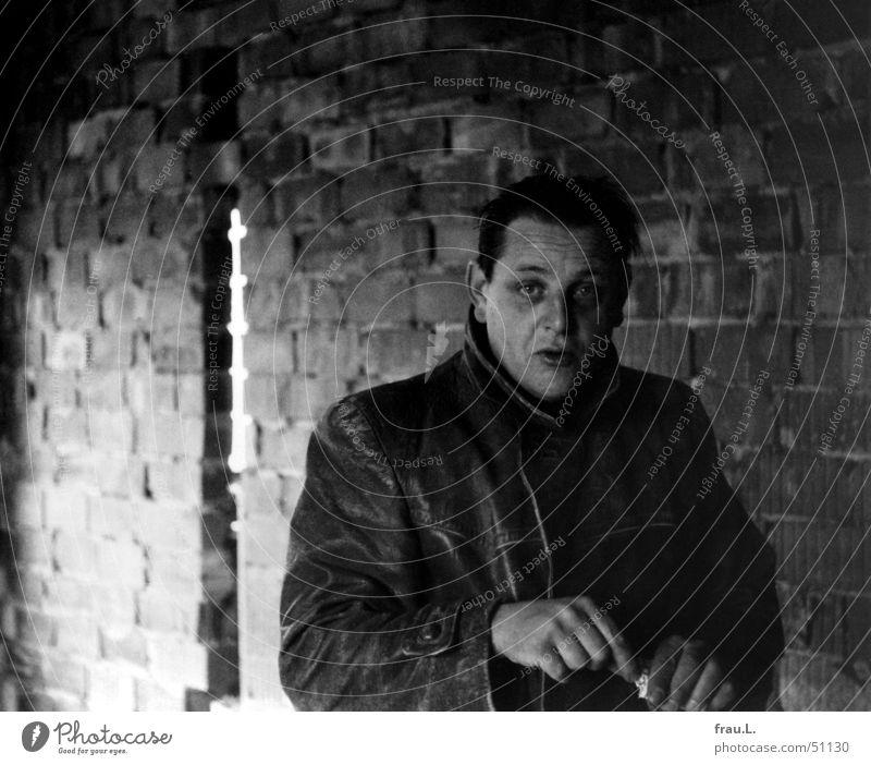 Eigenheim Bauherr Baustelle Zigarette Maurer Heimwerker Wohnsiedlung Sechziger Jahre Mann Wand Lederjacke dreckig Pause Hand Haus Porträt Einfamilienhaus